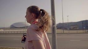 Una chica joven que activa en la madrugada En el fondo, deportiva de instalaciones del parque olímpico de Sochi metrajes