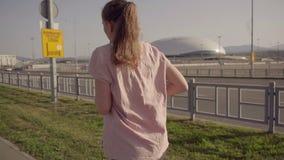 Una chica joven que activa en la madrugada En el fondo, deportiva de instalaciones del parque olímpico de Sochi almacen de video