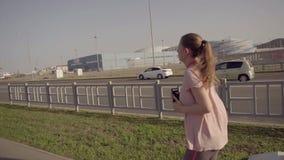 Una chica joven que activa en la madrugada En el fondo, deportiva de instalaciones del parque olímpico de Sochi almacen de metraje de vídeo