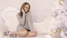 Una chica joven que habla en un smartphone mientras que se sienta metrajes