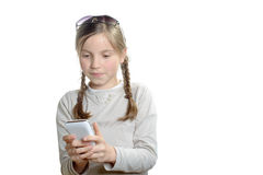 Una chica joven que juega con un teléfono móvil Imagen de archivo libre de regalías