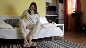 Una chica joven se cayó dormido en el sofá en la ropa casera Despertó después de sueño almacen de metraje de vídeo