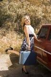 Una chica joven se prepara para un viaje Imágenes de archivo libres de regalías