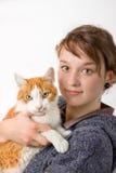 Una chica joven y un gato fotografía de archivo