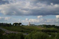 Una chiesa antica su una collina Fotografie Stock