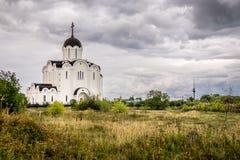 Una chiesa con una cupola e una TV si elevano nei precedenti immagine stock