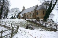 Una chiesa del villaggio in inverno fotografie stock libere da diritti