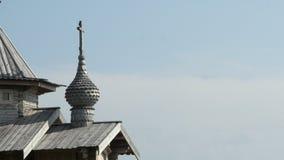 Una chiesa di legno ortodossa in Ruyan, Russia stock footage