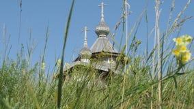 Una chiesa di legno ortodossa in Ruyan, Russia video d archivio