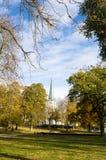 Una chiesa oltre il parco Fotografie Stock