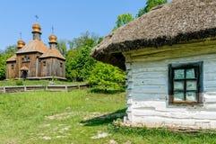 Una chiesa ortodossa antica ucraina tipica, con   Immagine Stock