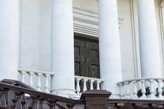Una chiesa ortodossa entrata e colonne fotografia stock libera da diritti
