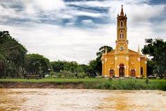 Una chiesa sulla sponda del fiume Immagini Stock