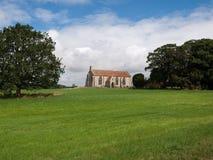 Una chiesa in un campo Fotografia Stock Libera da Diritti