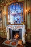 Una chimenea del diseño clásico con leña ardiente Imágenes de archivo libres de regalías