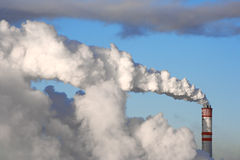 Una chimenea que fuma Imagen de archivo libre de regalías