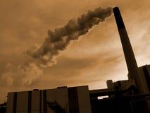 Una chimenea que fuma, roja Fotos de archivo libres de regalías