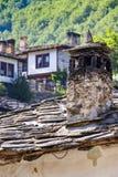 Una chimenea y otros detalles arquitectónicos del viejo renacimiento tradicional búlgaro diseñan casas en el pueblo de montaña de imagen de archivo libre de regalías