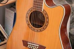 Una chitarra acustica di dodici corde Immagine Stock Libera da Diritti