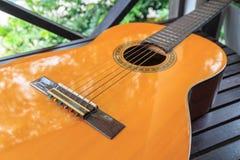 Una chitarra classica sulla tavola di legno Fotografie Stock