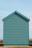 Una choza azul de la playa en un día soleado foto de archivo