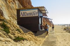 Una choza de la madera que pertenece al hotel de Alfamar en la playa Portuga de Falesia imagenes de archivo