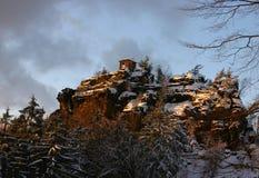 Una choza en la tapa de la colina rocosa cubierta por Snow Foto de archivo