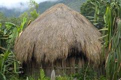Una choza tradicional en un pueblo de montaña Imagenes de archivo