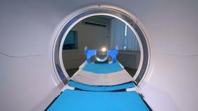 Una choza vacía de los pacientes se mueve dentro de un escáner del CT almacen de video