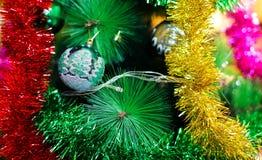 Una chuchería del Año Nuevo/la Navidad en un árbol Fotografía de archivo