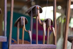 Una cifra di legno di tre uccelli foto al mercato del villaggio cambodia fotografia stock libera da diritti