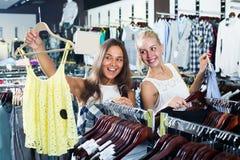 Una cima di compera di due ragazze insieme Fotografia Stock