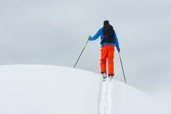 Una cima la montagna da solo con alpinismo dello sci Immagini Stock Libere da Diritti