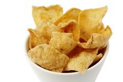 Una ciotola con i chip della manioca Fotografie Stock Libere da Diritti