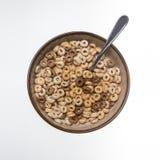Una ciotola di cereale su un fondo bianco Fotografia Stock Libera da Diritti