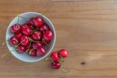 Una ciotola di ciliege fresche su una tavola Fotografia Stock Libera da Diritti