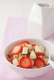 Una ciotola di farina d'avena con frutta ed i dadi Fotografia Stock