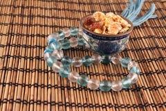 Una ciotola di fiocchi di granturco e serie di perle fotografie stock libere da diritti