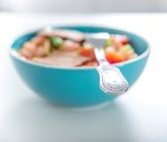 Una ciotola di insalata con la forcella fotografia stock libera da diritti
