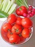 Una ciotola di interi pomodori dell'insalata Immagini Stock