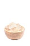 Una ciotola di legno in pieno di pianta di recente selezionata di vera dell'aloe, sbucciato e Fotografia Stock Libera da Diritti