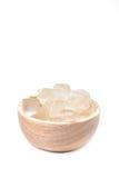 Una ciotola di legno in pieno di pianta di recente selezionata di vera dell'aloe, sbucciato e Immagini Stock