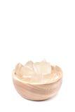 Una ciotola di legno in pieno di pianta di recente selezionata di vera dell'aloe, sbucciato e Fotografia Stock