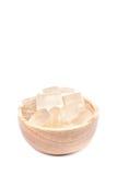 Una ciotola di legno in pieno di pianta di recente selezionata di vera dell'aloe, sbucciato e Immagini Stock Libere da Diritti