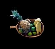 Una ciotola di legno riempita di frutta Immagini Stock