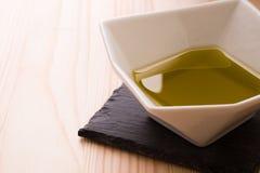 Una ciotola di olio d'oliva Immagini Stock
