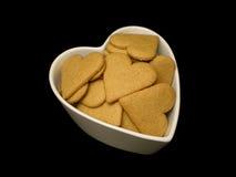 Una ciotola heartshaped di cuori del pan di zenzero. Fotografie Stock