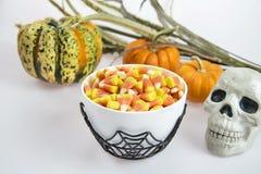 Una ciotola in pieno di cereale di caramella di Halloween su un fondo bianco Fotografia Stock Libera da Diritti