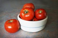 Una ciotola semplice di pomodori Homegrown Immagini Stock