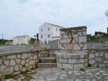 Una cisterna nel centro del villaggio croato Olib Fotografia Stock Libera da Diritti